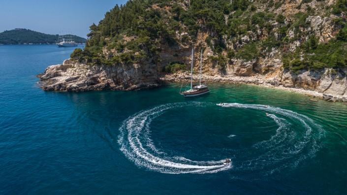Yacht charter sea